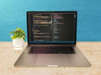 コードが映し出されたパソコン画面