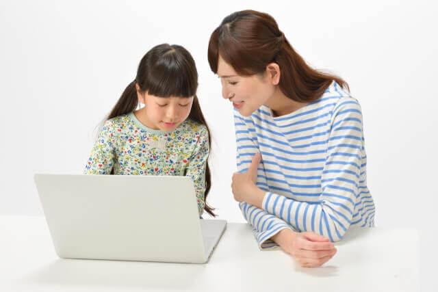 パソコンに触れる親子