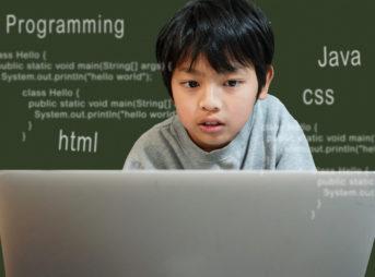 アイキャッチ・パソコン画面を見つめる子ども