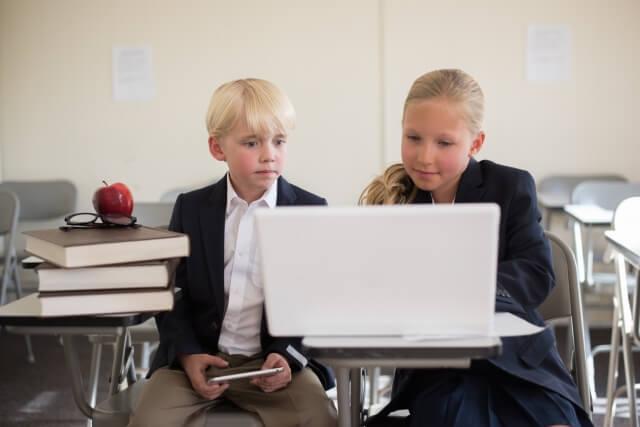 パソコンを見つめる海外の子ども