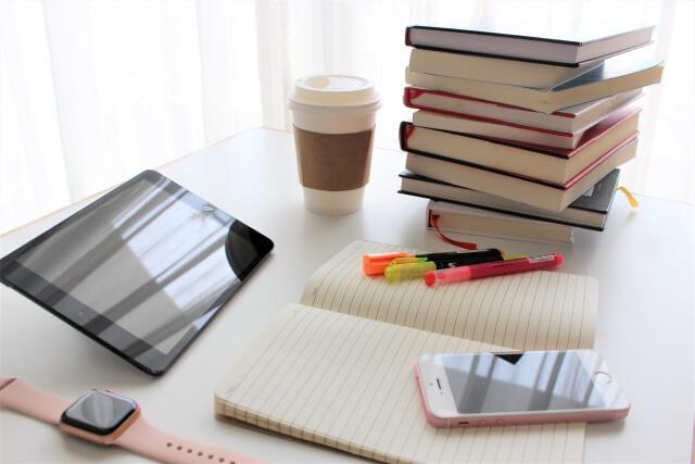 タブレットと本とノート