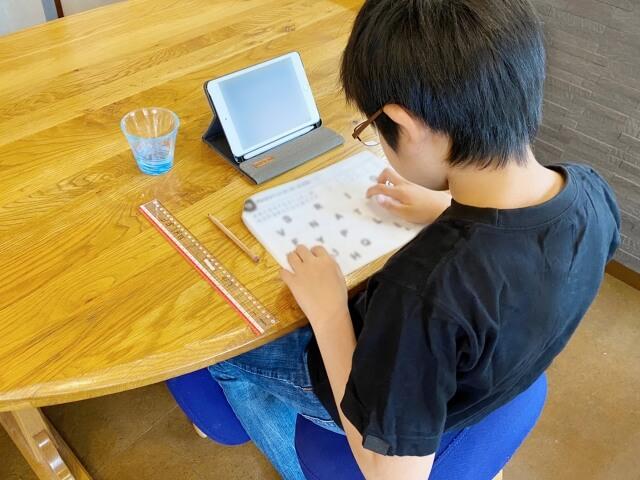 タブレットで勉強する子ども