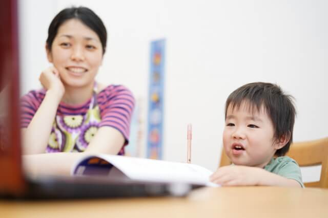 子どもに教える母親