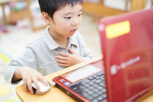 パソコン操作をする子ども