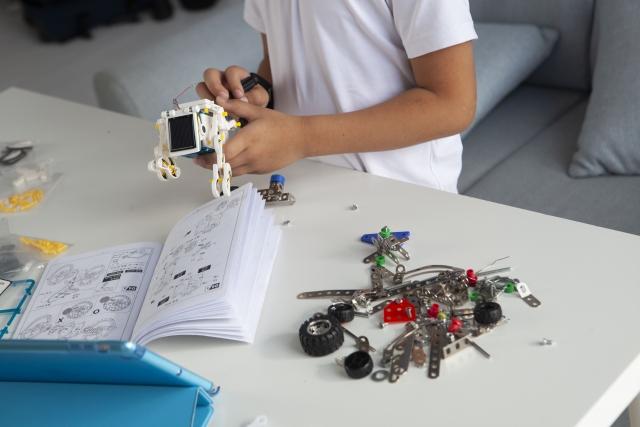 プログラミング教材を組み立てる子ども