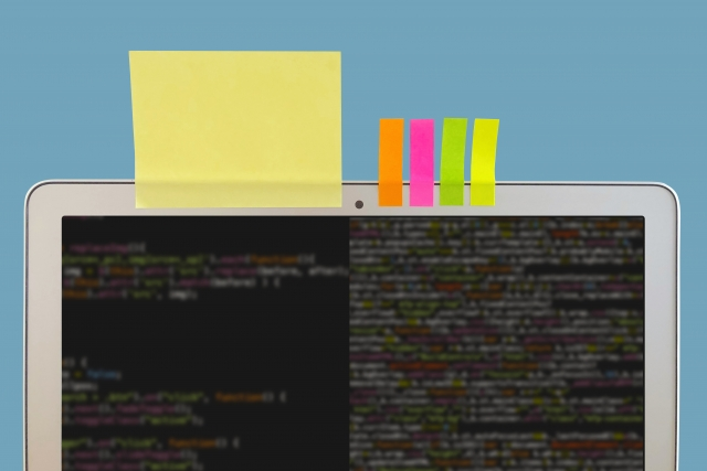 パソコンの画面の上に貼られた付箋