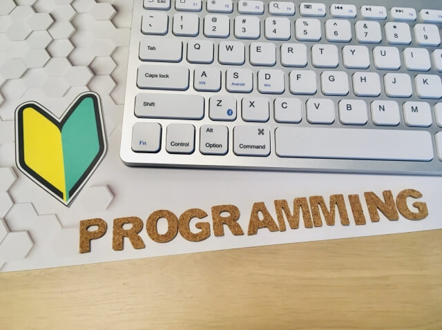 若葉マークとキーボードとprogrammingの文字